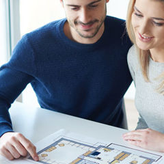 couple regardant un plan de maison